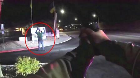 美国警察抓人,乱动就是找死,连后悔的机会都没有,记录仪拍下作死的整个过程!