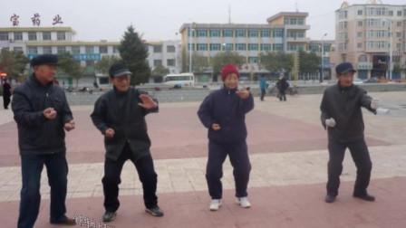视频后旗制作 萱子;髦耋老人孙庆余晚年生活丰富,这是他跟拳友一起晨练