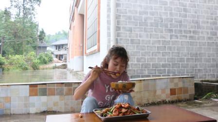 秋妹今天做了干锅虾,辣椒使劲儿放,一吃一大盘,味道好极了
