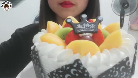 小姐姐吃美味生日蛋糕,香甜顺滑的奶油上摆满水果,巧克力切片好香甜