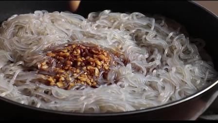 《韩国农村美食》萝卜丝炒熟后,和菠菜粉条一起凉拌,放入蒜蓉更好吃