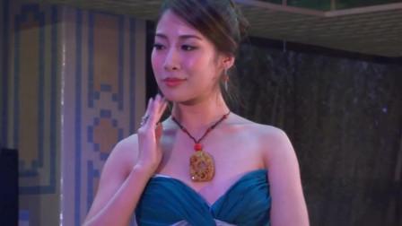珠宝展示现场,佩戴珠宝的美女