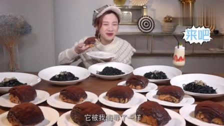 大胃王密子君直播吃墨鱼面条,吃的满嘴煤炭一样