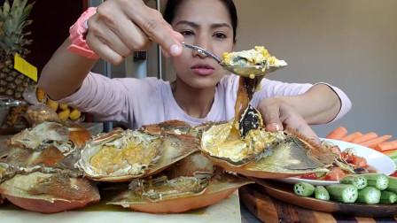 吃播:泰国吃货美女试吃辣拌梭子蟹,个个都超大只,看着贼过瘾!