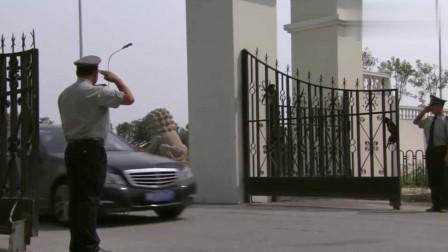 同学聚会都开豪车炫富,小伙进门给保安敬礼,有钱身份就不一般