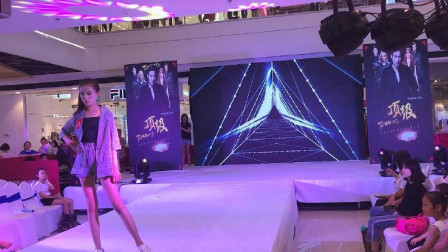 许昌万达广场偶遇少儿走秀,小小模特都很有范儿!