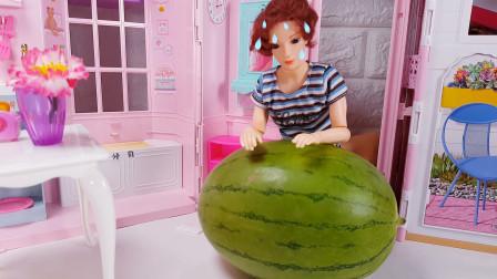 肯在魔仙岛买回来一个大大的西瓜念魔法咒语变出水龙头喝西瓜汁