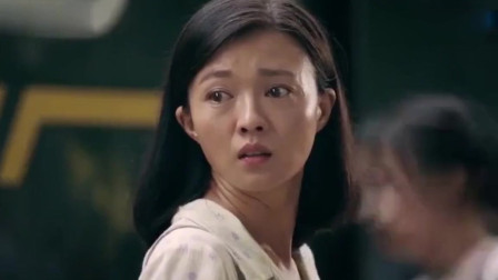 美女去火车站接当兵的弟弟,不料一看弟弟的样子,瞬间泪流!