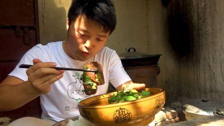 两斤猪血煮一盆米饭,雇主送大sao一顿美食,麻辣猪血盖饭,过瘾