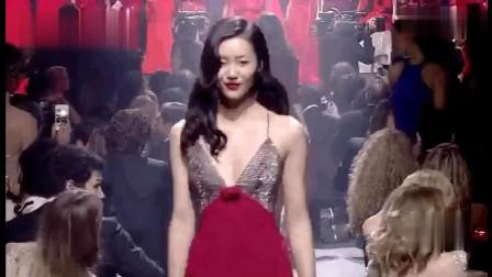 刘雯走秀笑容美气场强,风情万种又自信从容的大表姐太迷人了!