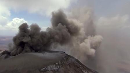 大:火山突然爆发,喷发出来的烟雾逐渐飘向人间