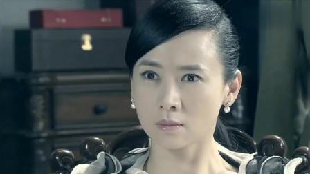 翁虹的房间被两个日本兵闯入,把她的衣物扔的满地都是