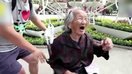 90后男生推97岁奶奶游玩 细心贴耳讲解很暖心 每日新闻报 20190908 高清版