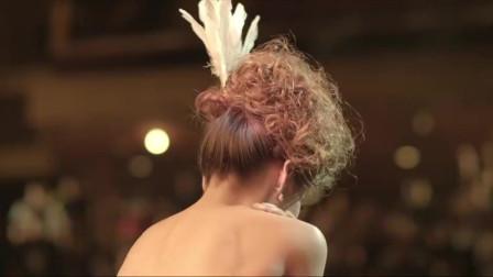 美女老师上台表演,学生不慎拉掉美女内衣,画面看的校长流鼻血