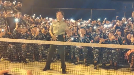 军训女教官大跳爵士舞,身后的男生激动的全体呐喊,这也太秀了!
