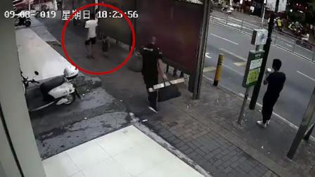男子在公交站被另一男子挥刀追砍 伤者送医嫌疑人被抓