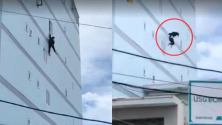 男子失手从4楼坠落 在群众惊呼中自行站起