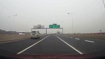 行车记录仪:面包车高速爆胎,老司机镇静处理危机