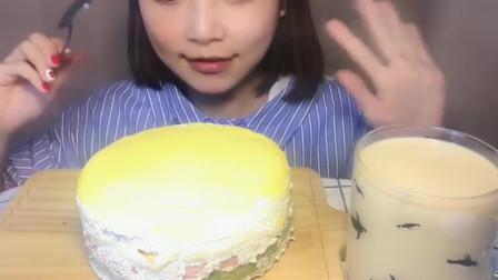 吃播大胃王:美女端起这么大的千层蛋糕这样往嘴里塞,网友:不腻吗?