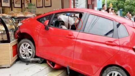 红色本田太疯狂,撞翻电动车后不刹车,一脚油门撞进糕点店