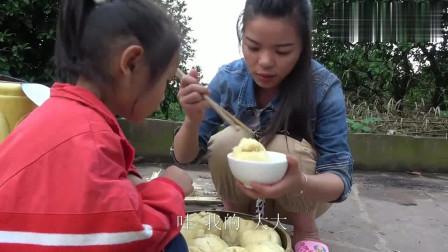 农村王四:英子和小妹做苹果馅包子,还没出锅5岁幺幺就闻着味儿,直说好香!