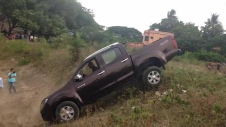 男子驾驶皮卡车倒车上陡坡,这倒车技术我服了