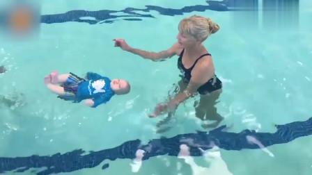6个月宝宝游泳大显身手,教练随意扔水里立马翻身仰游,真是绝了