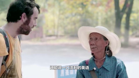74岁奶奶给外国人当导游,自学11门语言,网友:自愧不如