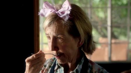 影视:70岁老太爱上帅哥,每天打扮得花枝招展,还偷偷舔他的勺子