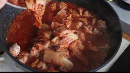《韩国农村美食》猪腿肉炒香后,配上泡菜一起炖,看着很下饭