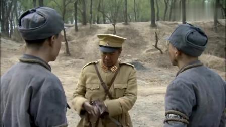汉奸私下枪八路军,怎料一看四处无人,悄悄的放了他们一条生路