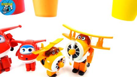 超级飞侠,小汽车进入车库,机器人和动物变身玩具,儿童玩具游戏,亲子互动悠悠玩具城