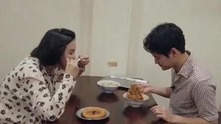 《做家务的男人》袁弘带张歆艺去武汉小吃店里吃水饺热干面,真是接地气的明星!