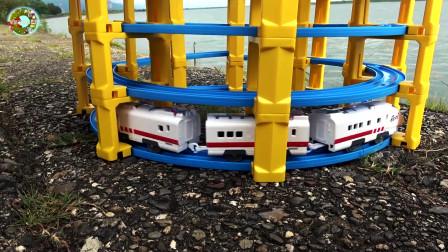 在户外组装多层螺旋轨道,托马斯和电气列车玩具