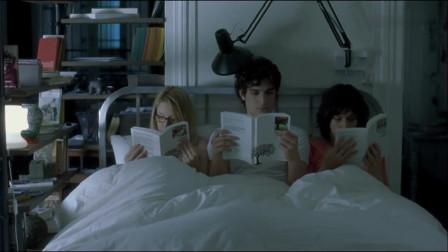 女孩和闺蜜睡一张床,可旁边居然还坐着这人,实在是让人看不懂了