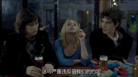 三个人一起约会,不料男子却因为这东西吃起两女孩的醋,真是太逗了