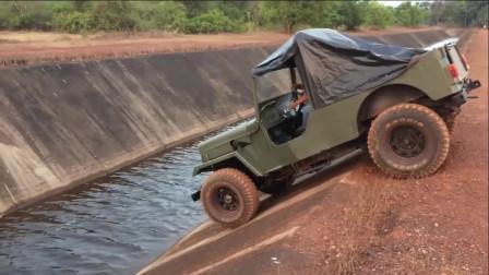 牛人驾驶全轮驱动越野车过河道,真是艺高人胆大,一不留神就过去了