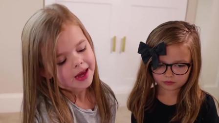 三个小朋友在玩迪士尼公主的玩具,温柔的给它们梳头