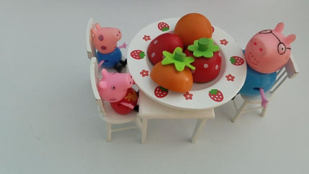 小猪佩奇家的冰箱里有很多好吃的