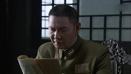 特务给战俘们发枪,三个人一杆枪,战士们排队领枪杀日军