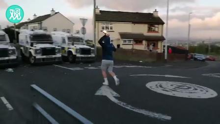 英国警车遭抗议者投汽油弹