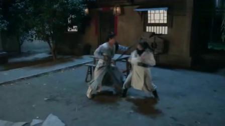 美女女扮男装和小王爷打架,结果被占尽了便宜