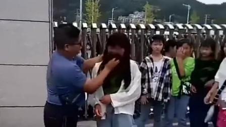 男老师提水桶校门口给女学生卸妆:学生要有学生样