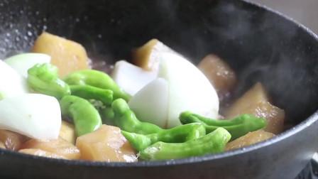 《韩国农村美食》土豆炖的软糯美味,放入洋葱和青椒,浓香好吃