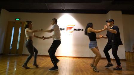 舞蹈是一个长期训练,循序渐进的过程,再厉害的舞者也需辛苦训练
