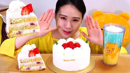 """韩国吃播:""""草莓奶油蛋糕+一杯牛奶"""",这是我的早餐,吃得真香"""