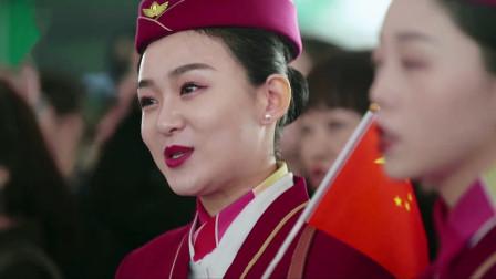 机场突然响起这首歌,外国游客纷纷驻足观看,这歌是中国人的骄傲