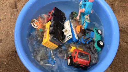 亮亮玩具清洗汽车挖掘机和工程车、自行车玩具,婴幼儿宝宝玩具过家家游戏视频F567