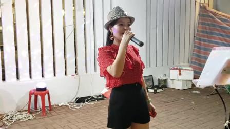 香港女歌手小红演唱《明月千里寄相思》,用心演唱收到好多的红包