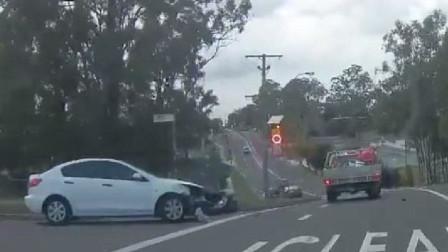 两车同转左酿意外 网民争论对错